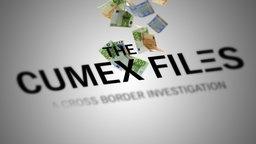 Der Schriftzug CUMEX ist zu sehen, im Hintergrund fallen Geldscheine zu Boden. © NDR