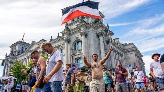 Teilnehmer eine Demo gegen die Corona-Maßnahmen am 1.8. in Berlin © picture alliance Foto: Marc Vorwerk/SULUPRESS.DE