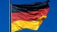 Die Flagge der Bundesrepublik Deutschland. © chromorange Foto: chromorange