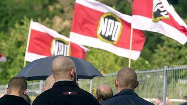 Teilnehmer einer NPD-Demonstration mit NPD-Flaggen | Picture Alliance/ZB