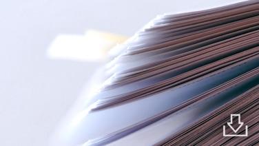 Ein Stapel Papier.Davor ein Downloadsymbol. © © diogenes - Fotolia.com_1361933 Foto: © diogenes