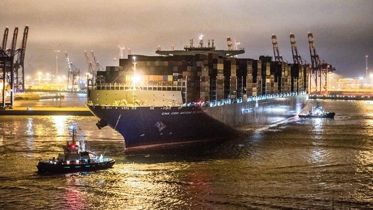 "Das Containerschiff ""CMACGM Antoine de Saint Exupéry"" erreicht den Hamburger Hafen © dpa Foto: Daniel Bockwoldt"