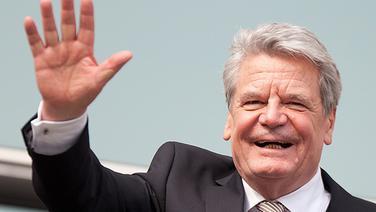 Joachim Gauck winkt während der Bundesversammlung von einem Balkon aus Schaulustigen zu. | dpa-Bildfunk