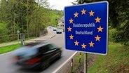 Ein Schild Bundesrepublik Deutschland an der Grenze zwischen Deutschland und Österreich an einer Straße. © dpa picture alliance Foto: Ralph Goldmann