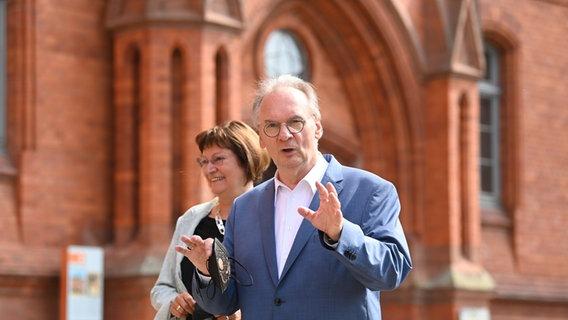 Reiner Haseloff (CDU), Ministerpräsident von Sachsen-Anhalt, und seine Ehefrau Gabriele Haseloff © picture alliance Foto:  Robert Michael, picture alliance