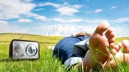Bildmontage: Jemand liegt neben einem Radio auf einer Wiese © fotolia, istockphoto Foto: dv76, René Mansi