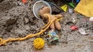 In Arloff-Kierspenich im Kreis Euskirchen (NRW) liegt nach der Hochwasserkatastrophe Kinderspielzeug im Schlamm © dpa Foto: Markus Klümper