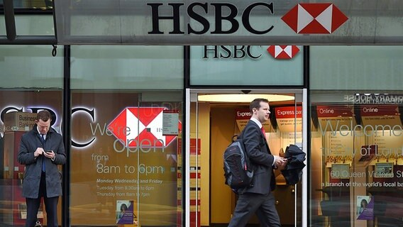 Passant vor der HSBC in London © picture alliance / dpa Foto: Andy Rain
