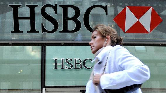 Eine Passantin vor der HSBC in London © picture alliance / dpa-report Foto: Andy Rain