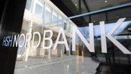 Das Logo der HSH Nordbank auf einer Fensterscheibe der Kieler Zentrale © dpa Foto: Marcus Brandt
