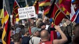 """""""Kein Islam auf deutschem Boden"""" steht auf einem Plakat bei eine Nazi-Demo in Berlin. © imago"""