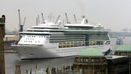 "Die ""Jewel of the Seas"" in Hamburg © picture alliance/dpa"