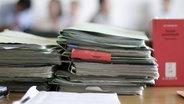 Aktenordner liegen im Gericht auf dem Tisch. © picture-alliance/ ZB Foto: Johannes Eisele
