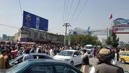Menschenmengen und Verkehrschaos am Flughafen von Kabul, Afghanistan © picture alliance / AA Foto: Sayed Khodaiberdi Sadat
