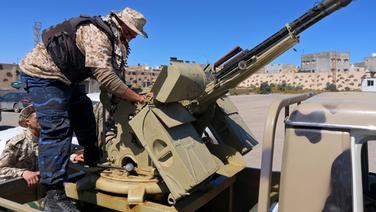 Ein Soldat überprüft Waffen auf einem mitlitärischem Fahrzeug im Süden von Tripolis. © imago images / Xinhua Foto: huang ling