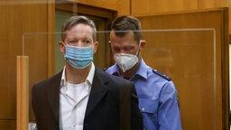 Der Hauptangeklagte im Prozess um den Mord am Kasseler Regierungspräsidenten Lübcke, Stephan E. (links), kommt in den Gerichtssaal. © Reuters/Pool/dpa Foto: Kai Pfaffenbach