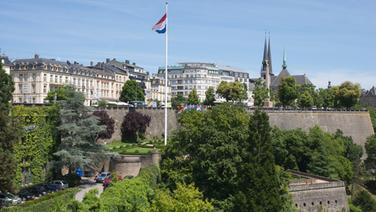 Die Nationalflagge vor dem Verfassungsplatz in Luxemburg © picture alliance