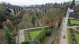 Blick vom Place de la Constitution im Stadtteil Grund auf die Adolphe-Brücke in der Stadt Luxemburg © dpa Foto: Ronald Wittek