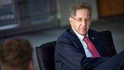 Verfassungsschutz-Chef Hans-Georg Maaßen im Gespräch auf einem Sessel. © imago/Christian Mang Foto: Christian Mang