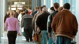 Menschenschlange vor der Arbeitsagentur © dpa Foto: Waltraud Grubitzsch