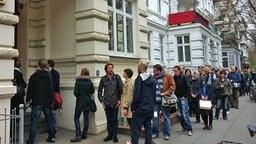 Wohnungssuchende stehen in einer Schlange auf der Straße vor einem Haus in Hamburg. © NDR Foto: Bettina Less