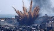 Rauch steigt auf nach einem israelischen Luftangriff auf ein Wohngebiet im Gazastreifen © picture alliance / dpa/AP | Hatem Moussa Foto: Hatem Moussa