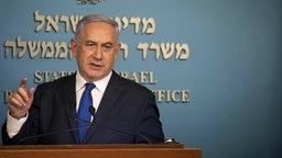 Israels Ministerpräsident Benjamin Netanjahu redet während einer Pressekonferenz. © dpa picture alliance