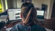 Eine Frau sitzt vor einem Computerbildschirm © NDR