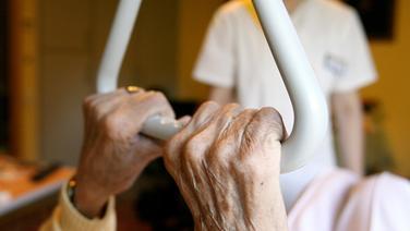 Eine Pflegehausbewohnerin in einem Seniorenzentrum in Hamburg.   picture alliance / dpa