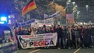 """Tausende Demonstranten laufen am 17.11.2014 in Dresden (Sachsen) durch die Innenstadt. Sie folgen einem Aufruf der Initiative """"Patriotische Europäer gegen die Islamisierung des Abendlandes""""(PEGIDA). © dpa picture alliance Foto: Matthias Hiekel"""