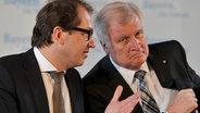 Die CSU-Politiker Alexander Dobrindt (l.) und Horst Seehofer sitzen an einem Tisch nebeneinander. © dpa picture alliance Foto: Frank Hoermann