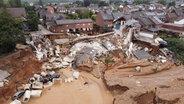 Eine Luftaufnahme zeigt das Ausmaß der Zerstörung nach dem Unwetter in Erftstadt (Nordrhein-Westfalen).  Foto: David Young/dpa