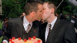 """Mit einem innigen Kuss besiegeln Reinhard und Felix am 6.5.1999 ihre """"Ehe"""", nachdem sie sich vor dem Standesamt in Hamburg-Eimsbüttel ihr Ja-Wort gegeben hatten. © dpa / picture-alliance"""