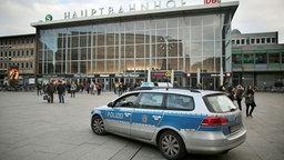 Ein Streifenwagen der Polizei fährt in Köln am Hauptbahnhof vorbei. © dpa bildfunk Foto: Oliver Berg