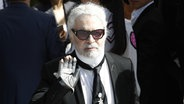 Ein Porträtbild zeigt den Mode-Designer Karl Lagerfeld. © picture alliance / AP Photo Foto: Christophe Ena