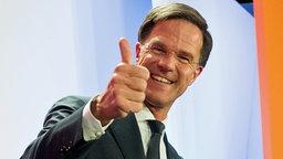 Der amtierende Ministerpräsident und Wahlgewinner Mark Rutte lacht in Den Haag (Niederlande) bei einer Wahlparty seiner Partei VVD. © dpa bildfunk Foto: Daniel Reinhardt