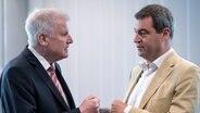 Der bayerische Ministerpräsident Horst Seehofer  und der bayerische Finanzminister Markus Söder unterhalten sich am 18.07.2016 in München vor Beginn der CSU Vorstandssitzung. © dpa picture alliance Foto: Sven Hoppe