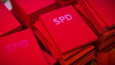 Mehrere Stapel mit Parteibüchern der SPD. © dpa-Bildfunk Foto: Michael Kappeler
