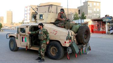 Afghanische Sicherheitskräfte patrouillieren nach der Rückeroberung von Teilen der Stadt Herat nach Kämpfen zwischen den Taliban und afghanischen Sicherheitskräften in der Provinz Herat. © dpa-Bildfunk Foto: Hamed Sarfarazi/AP/dpa