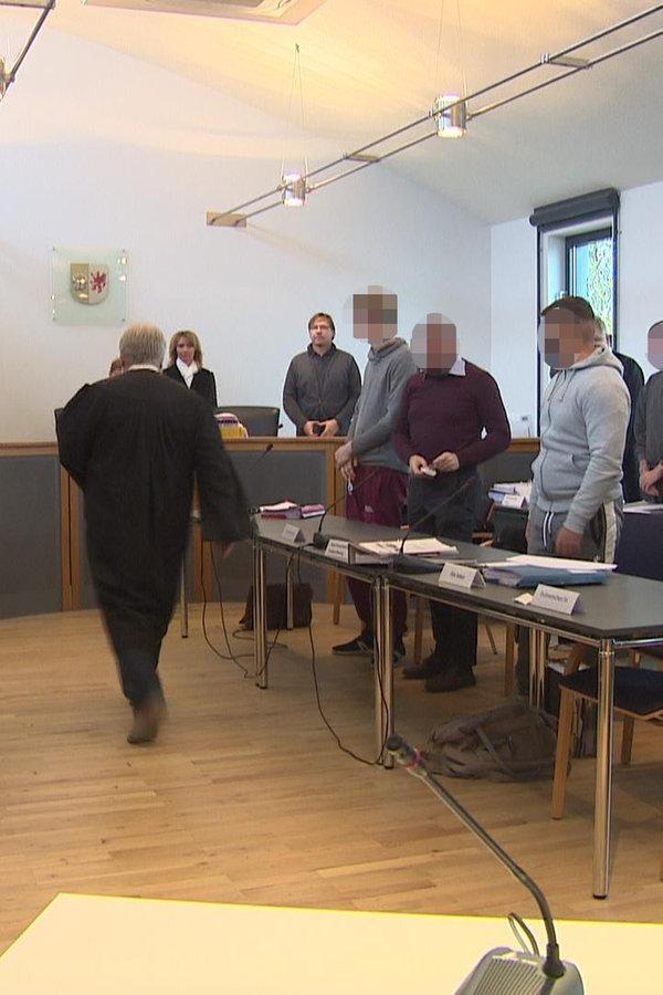 Neubrandenburg: Acht Reifendiebe vor Gericht - NDR.de