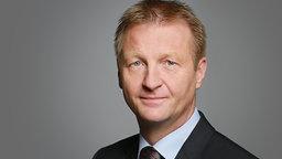 Ralf Jäger vor einem dunklen Hintergrund © Innenministerium NRW, Pressestelle