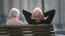 Ein Rentnerpaar sitzt auf einer Bank. © picture alliance/Stephan Scheuer/dpa Foto: Stephan Scheuer