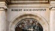 Ein Ausschnitt der Fassade des Robert Koch-Instituts © imago images / Reiner Zensen