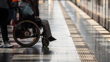 Ein Rollstuhlfahrer steht auf einem Bahnsteig. | dpa/picture alliance