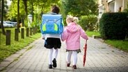 Schulkinder auf dem Schulweg. © Fotolia.com Foto: Sandor Jackal