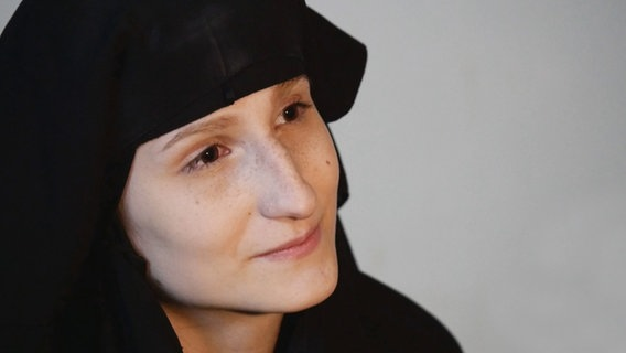 Eine Frau mit einem Kopftuch.