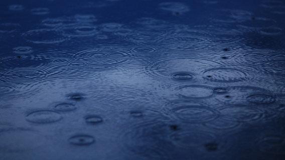 Regentropfen berühren die Wasseroberfläche. © Photocase Foto: Clarissa Schwarz