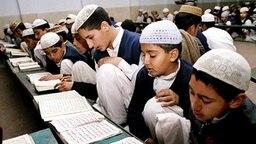 Pakistanische Schüler einer Religionsschule (Madrassa) in Lahore lesen im Koran. © dpa / picture-alliance
