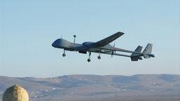 Ein Modell der Drohne Heron TP überfliegt eine Hügellandschaft. © Rheinmetall AG Foto: Rheinmetall AG