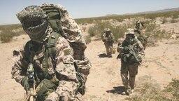 KSK-Soldaten marschieren in der Wüste © Bundeswehr Foto: PIZ Heer